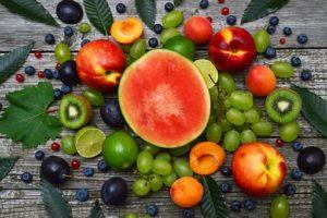 fruits d'été, pasteque, pêches,abricots rafraichissants