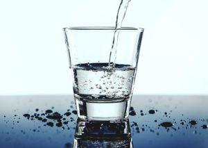 verre d'eau pour s'hydrater convenablement